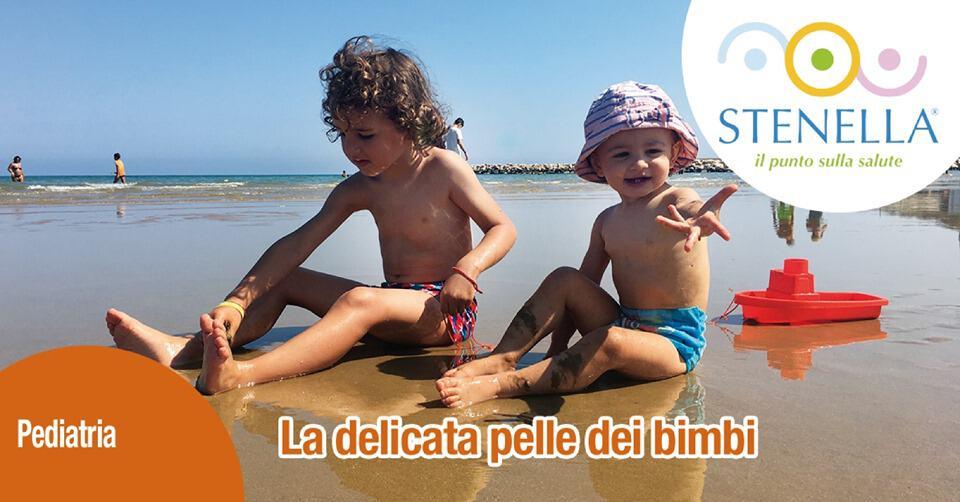 bambini che giocano al mare in pieno sole