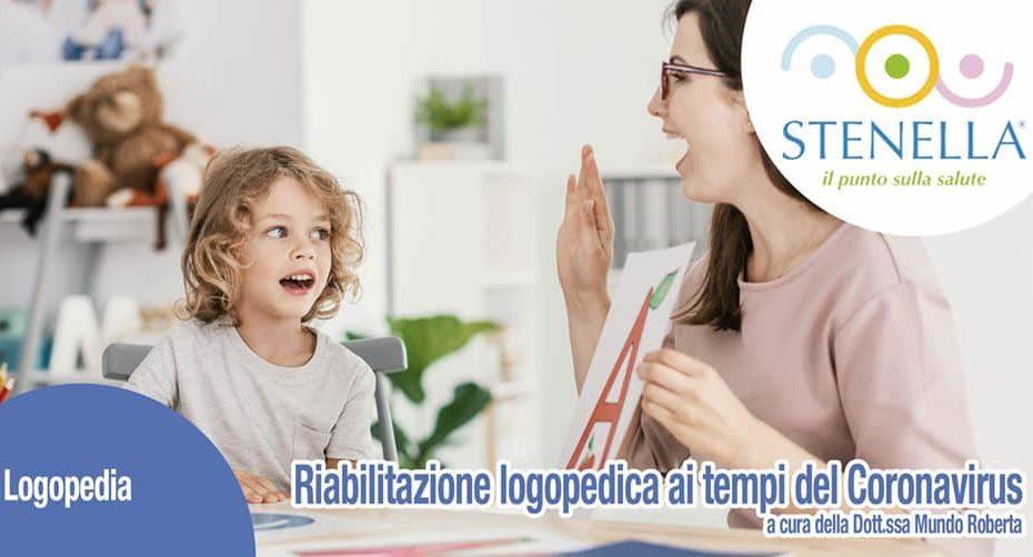 dottoressa aiuta una bambina nella vocalizzazione